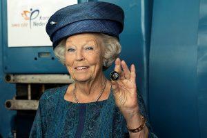 Prinses Beatrix verricht eerste muntslag ter ere van 70 jaar KWF